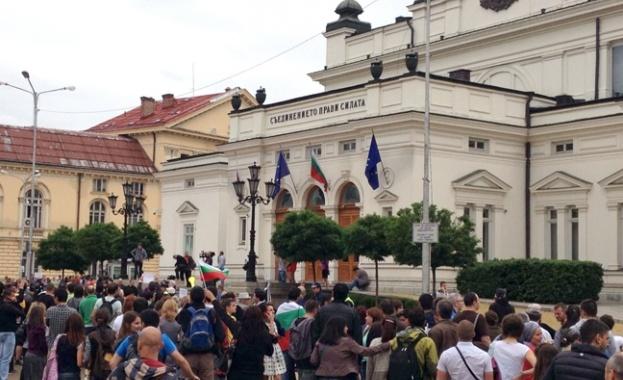 Протести и контрапротести пред парламента