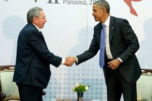 epa04701148 A handout picture made available by Cuba's state media Estudios Revolucion shows US President Barack Obama (R) shaking hands with Cuban President Raul Castro (L) during their historic meeting at the seventh Summit of the Americas in Panama City, Panama, 11 April 2015.  EPA/ESTUDIOS REVOLUCION/CUBADEBATE QUALITY REPEAT - BEST QUALITY AVAILABLE HANDOUT EDITORIAL USE ONLY/NO SALES