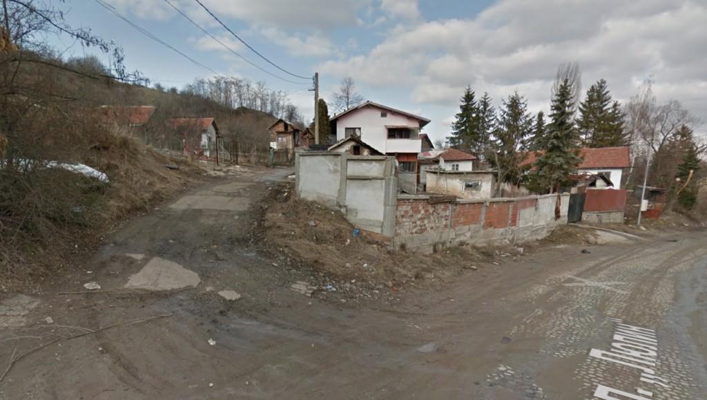 На тази улица вляво живее бедният Валери Петров, собственик и управител на фирмата, която доставя олио и брашно за всички румънски бедни.