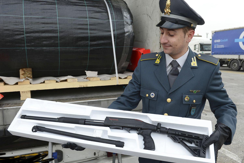 италански полицай задържа турски оръжия