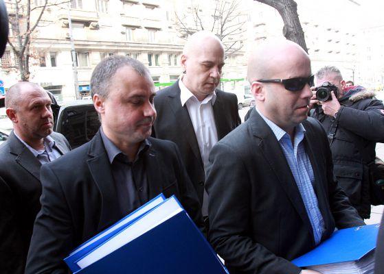 Слави Трифонов с подписката за референдум
