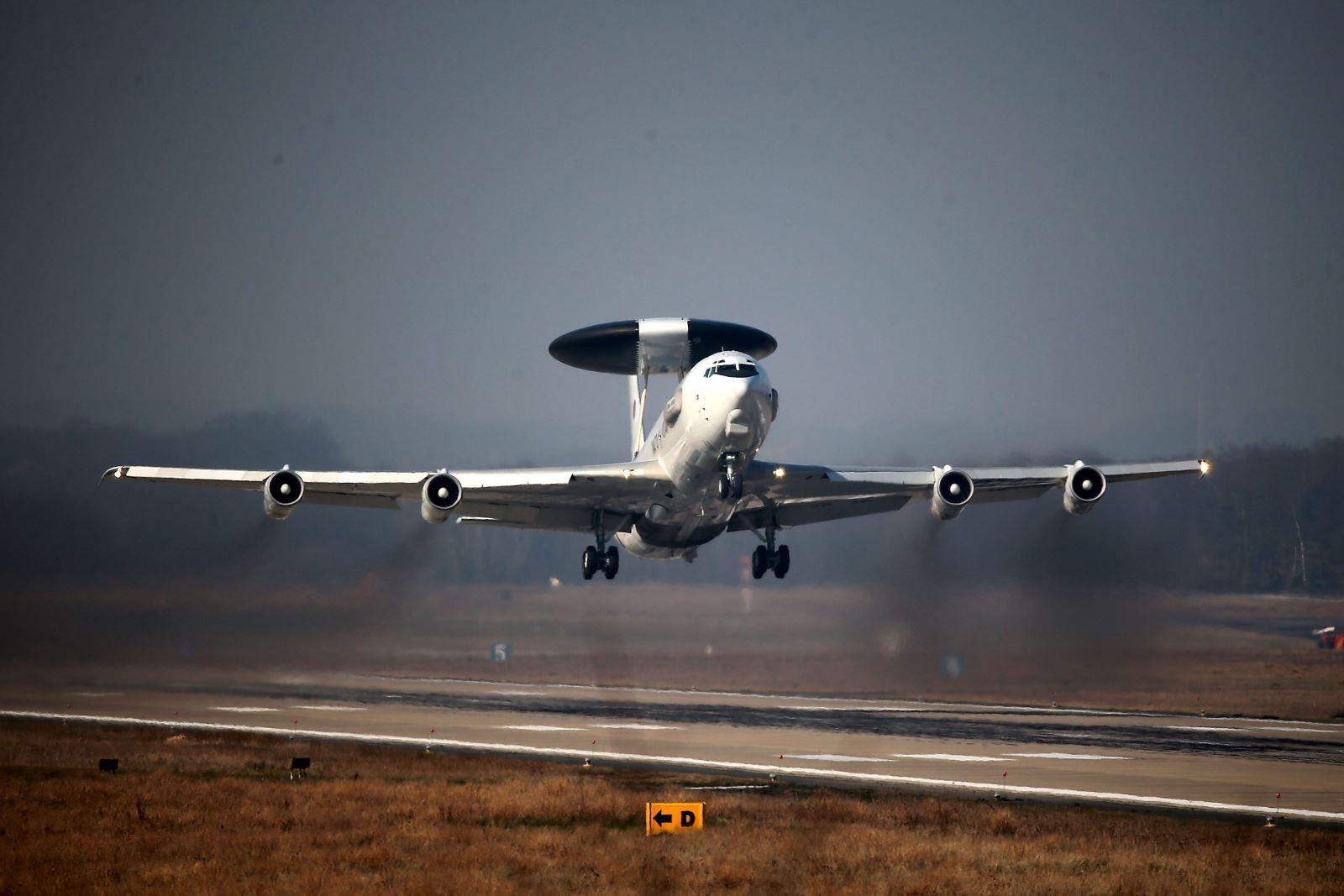 самолети АУАКС