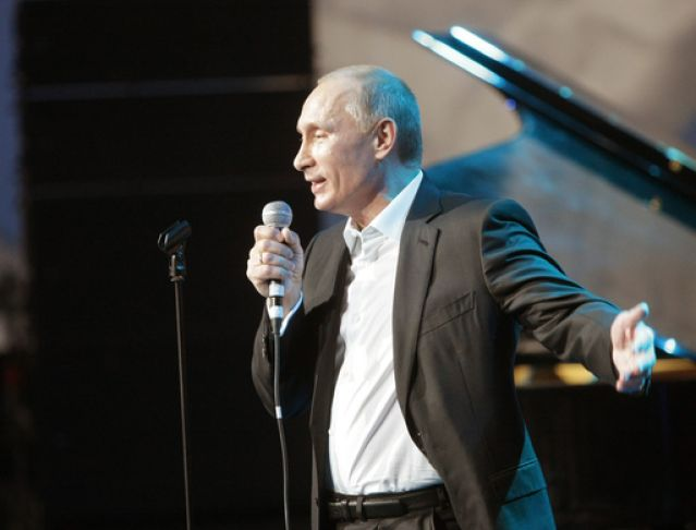 Владимир Путин пее